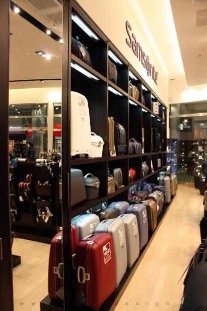 Reálszisztéma Menedzser Shop belsőépítészete, táskatároló polcrendszer tükrös rejtett szekrénnyel