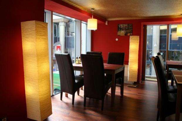 MAster Beer and Steakhouse belsőépítészete, belső udvar felé néző asztal