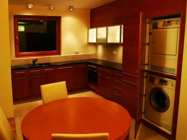 konyha belsőépítészete, szekrény a mosó- és szárítógép elhelyezésére