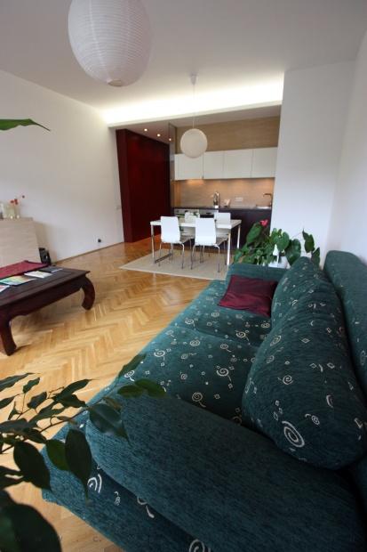 garzonlakás belsőépítészete, konyha-étkező a nappali felől