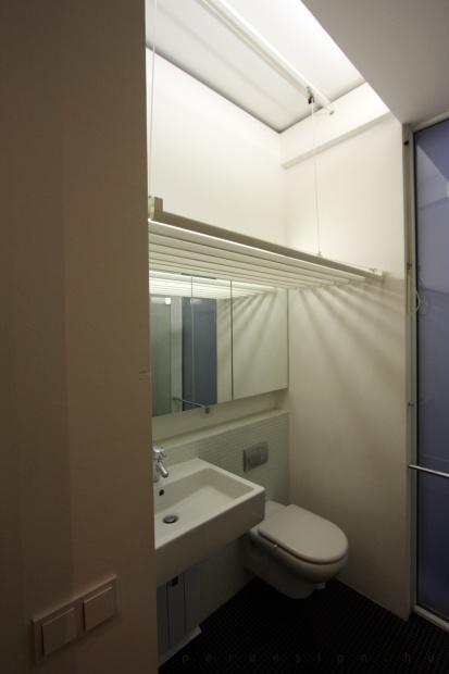 garzonlakás belsőépítészete, szárító mint látványelem a fürdőszobában