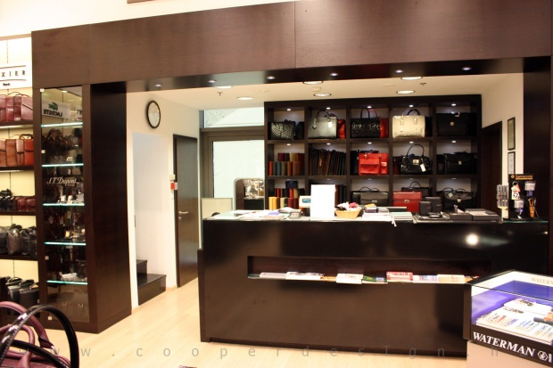 Reálszisztéma Menedzser Shop belsőépítészete kassza