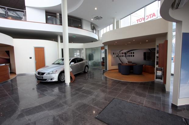 Lexus Buda autószalon belsőépítészete 1