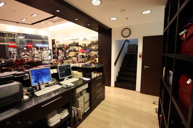 Reálszisztéma Menedzser Shop belsőépítészete, kassza mögötti rész, lépcsőfeljárat a raktárba