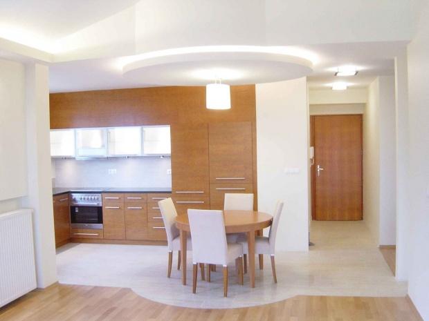 lakás belsőépítészete, étkező álmennyezeti világítással kijelölve