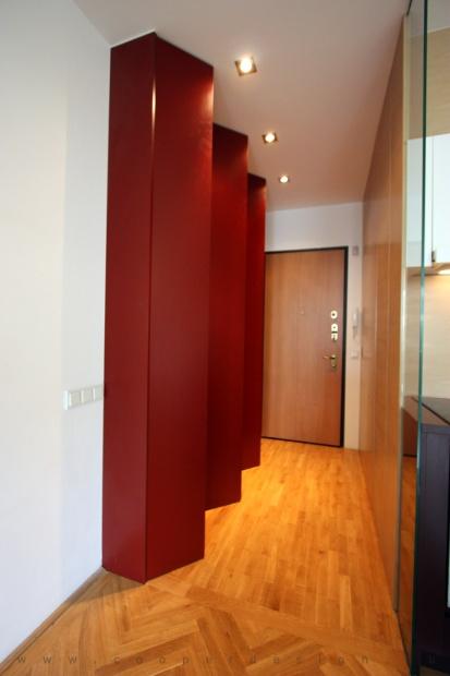 garzonlakás belsőépítészete, egyedi tervezésű gardróbszekrény