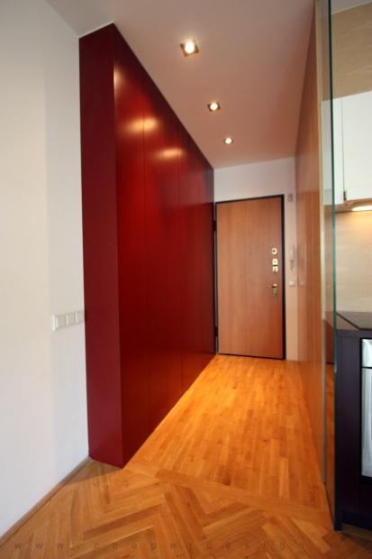 lakás belsőépítészete, egyedi tervezésű gardrobszekrény az előszobában
