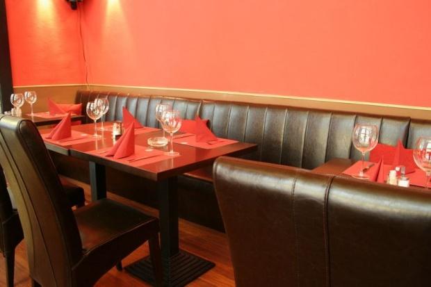 MAster Beer and Steakhouse belsőépítészete, asztal bőr padokkal