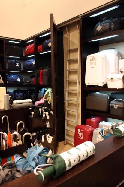 Reálszisztéma Menedzser Shop belsőépítészete, rejtett szekrény a létra tárolására