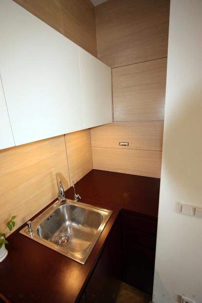 garzonlakás belsőépítészete, egyedi tervezésű konyhaszekrény rejtett tárolókkal