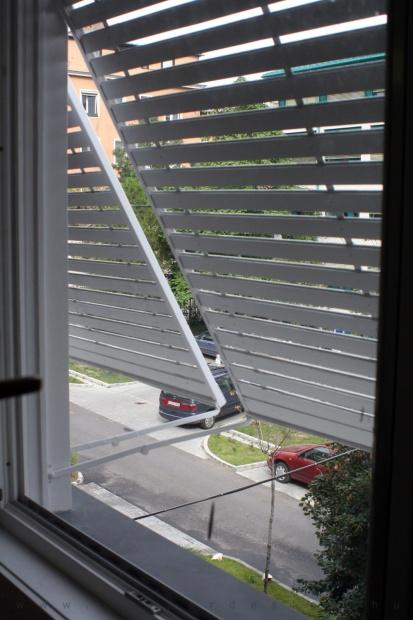 garzonlakás belsőépítészete, új műanyag ablakok kitámasztható redőnnyel