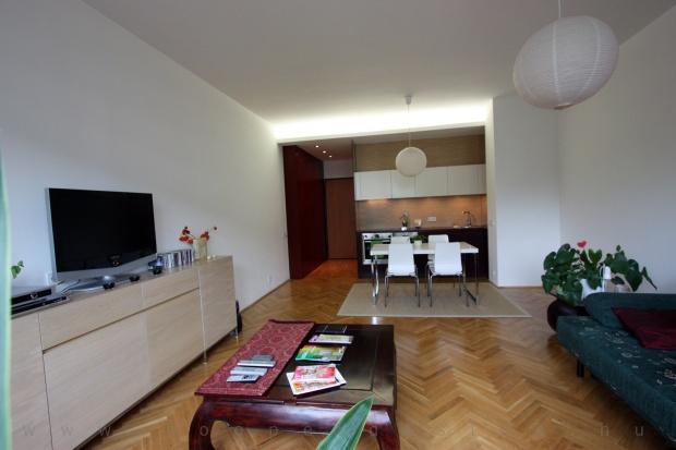 garzonlakás belsőépítészete, konyha és bejárati rész