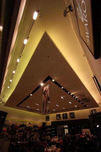 Reálszisztéma Menedzser Shop belsőépítészete, álmennyezet és világítás