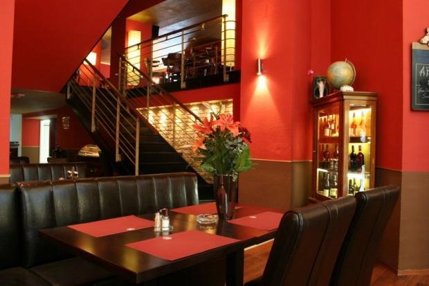MAster Beer and Steakhouse belsőépítészete, feljárat a galériára