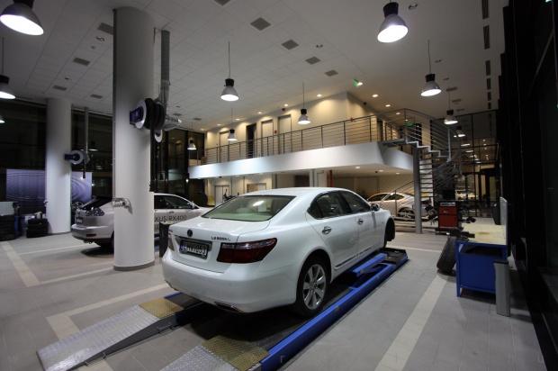 Lexus Pest autószalon belsőépítészet 1