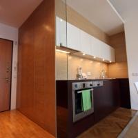 garzonlakás belsőépítészete, fürdő és konyha leválasztása üveg pengefallal