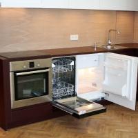 garzonlakás belsőépítészete, egyedi tervezésű konyhabútor mosogatógéppel
