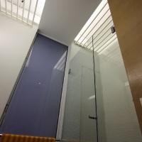 garzonlakás belsőépítészete, zuhanyfülke a fürdőszobában