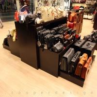 Reálszisztéma Menedzser Shop belsőépítészete, wenge táskatartó állvány, egyedi bútor 2