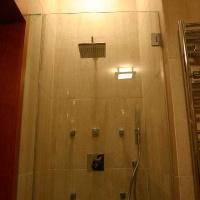 fürdőszoba belsőépítészete, zuhanyfülke üvegajtóval