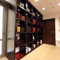 Reálszisztéma Menedzser Shop belsőépítészete, pénztár mögötti polc