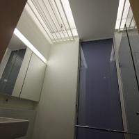 garzonlakás belsőépítészete, fürdőszoba mennyezetvilágítása
