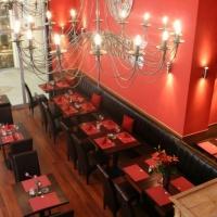 MAster Beer and Steakhouse belsőépítészete, az étterem nézete a galériáról