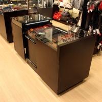 Reálszisztéma Menedzser Shop belsőépítészete, kihúzható pénztárcás pult, egyedi bútor