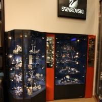 Reálszisztéma Menedzser Shop belsőépítészete, swarovski vitrinek
