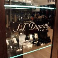 Reálszisztéma Menedzser Shop belsőépítészete, S.T. Dupont vitrin