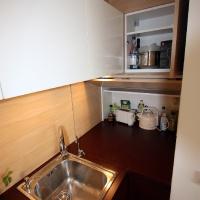 garzonlakás belsőépítészete, egyedi tárolószekrények a konyhában