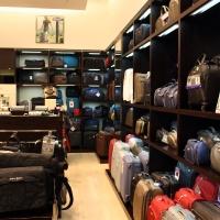 Reálszisztéma Menedzser Shop belsőépítészete,wenge táskatároló polcrendszer