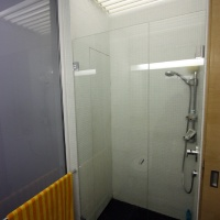 garzonlakás belsőépítészete, zuhanyfülke a fürdőszobában 2