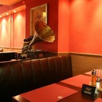 MAster Beer and Steakhouse belsőépítészete, régi gramofon dekoráció