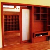 lakás belsőépítészete, tolóajtó és falba sűllyesztett médiaszekrény